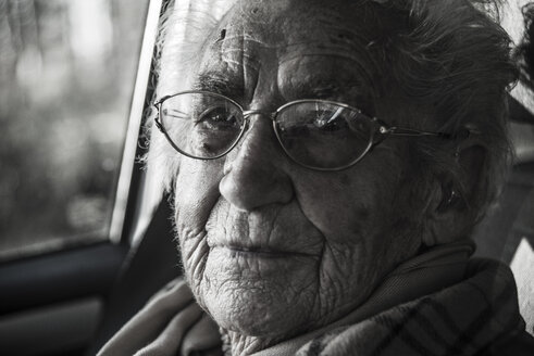 Portrait of senior woman in a car - UUF003098