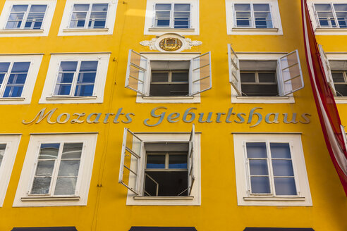 Austria, Salzburg, facade of Mozart's birth house at historic old town - AM003659
