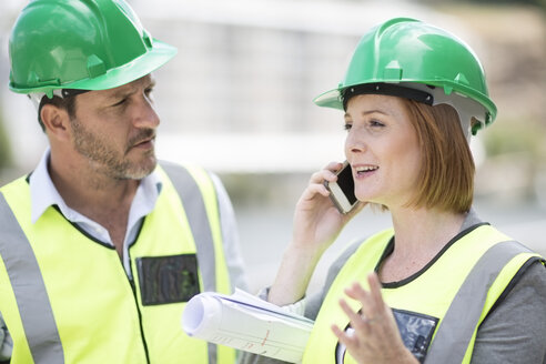 Manager and foreman discussing construction project on site - ZEF003837