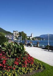 Austria, St Wolfgang, Waterfront promenade at lake Wolfgangsee - WWF003414