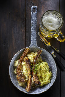 Spare ribs with sauerkraut and mashed potatoes in pan - KSW001388
