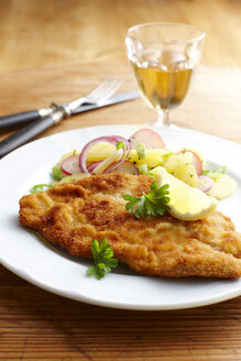 Dish of escalope and fried potatoes - KSWF001395