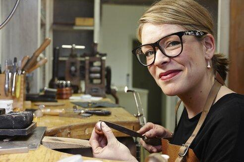 Portrait of goldsmith in workshop at work - EDF000088