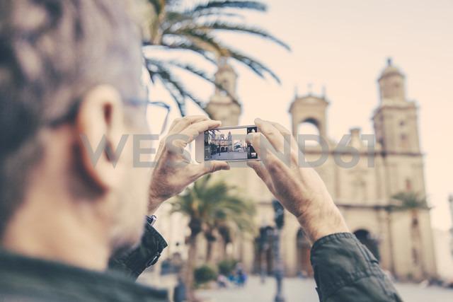 Spain, Canary Islands, Gran Canaria, Las Palmas, man taking picture of Catedral de Santa Ana - MFF001455