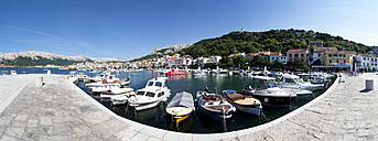 Croatia, Kvarner Gulf, Baska, harbor and waterfront promenade - WWF003576