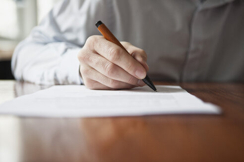 Man signing document - RBF002434