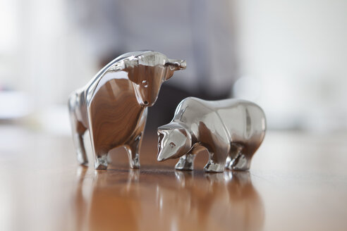 Miniature sculptures of bull and bear on a desk - RBF002451