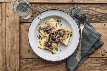 Vegetable ravioli fried in butter with roasted onions - IPF000185