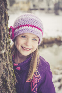 Portrait of smiling little girl in winter - SARF001329