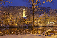 Germany, Bavaria, Wolfratshausen, River Loisach and St. Andrew Church in winter - SIEF006457
