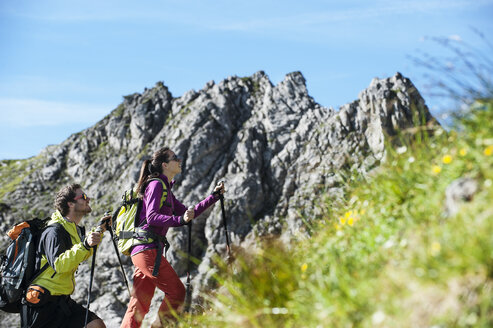 Austria, Altenmarkt-Zauchensee, young couple hiking at Niedere Tauern - HHF005098