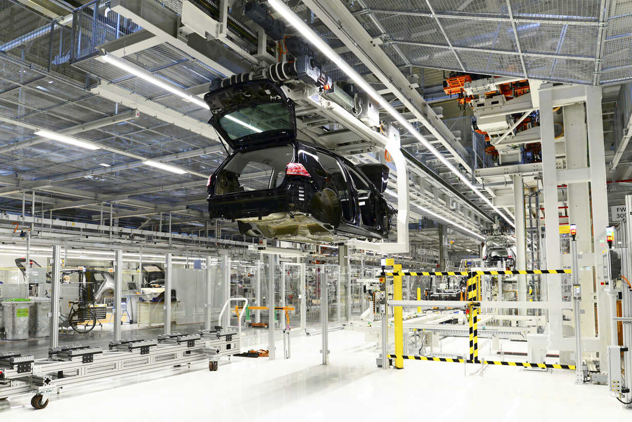 Production of VW cars in a factory - SCH000436 - lyzs/Westend61