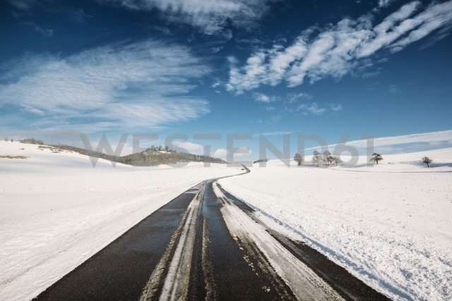 Germany, Baden-Wuerttemberg, Constance district, Hegau, Country road to Maegdeberg in winter - ELF001481