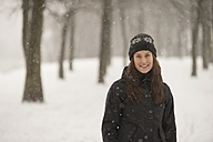 Smiling young woman in winter - PAF001255