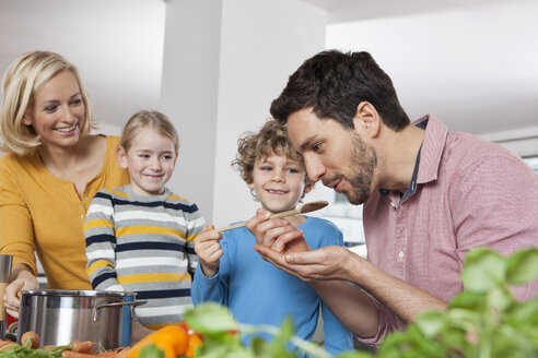 Family cooking in kitchen - RBF002393