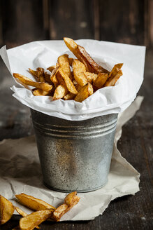 Homemade french fries in tin bucket - SBDF001625