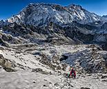 Nepal, Khumbu, Everest region, Mountaineers on Pokalde peak - ALR000063