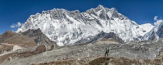 Nepal, Khumbu, Everest region, trekker near Dingboche, Lhotse and Nuptse in background - ALRF000022
