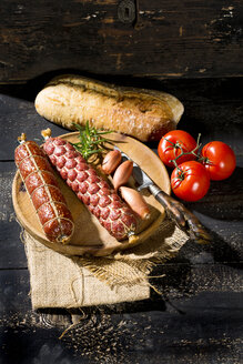 Cold snack with salami, tomatoes, ciabatta and shallots - MAEF009707