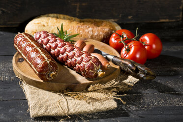 Cold snack with salami, tomatoes, ciabatta and shallots - MAEF009702