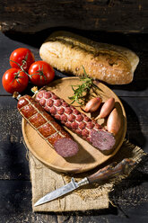 Cold snack with salami, tomatoes, ciabatta and shallots - MAEF009704