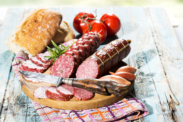 Cold snack with salami, tomatoes, ciabatta and shallots - MAEF009708