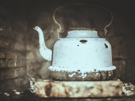 Old kettle at fireplace - DEGF000119