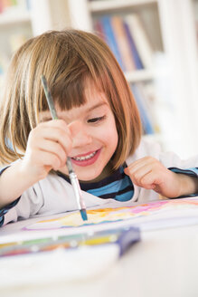 Little girl painting with watercolours - LVF002805