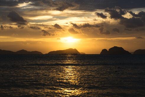 Philippines, Palawan, El Nido, sailing ships at sunset - GEMF000044