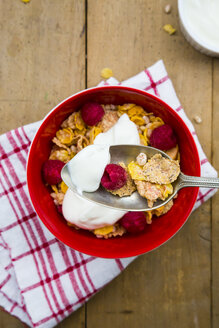 Bowl of glutenfree cereals with natural yoghurt and raspberries - LVF002822