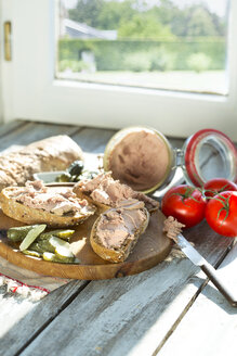 Liverwurst spread with pickled cucumber and tomatoes - MAEF009715