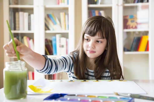 Girl painting with watercolours - LVF002870