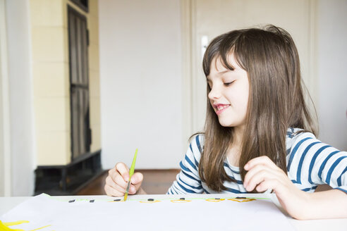 Girl painting with watercolours - LVF002873