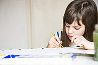 Girl painting with watercolours - LVF002875
