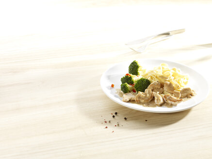 Dish of chicken meat cut into strips with pasta and broccoli - SRSF000540
