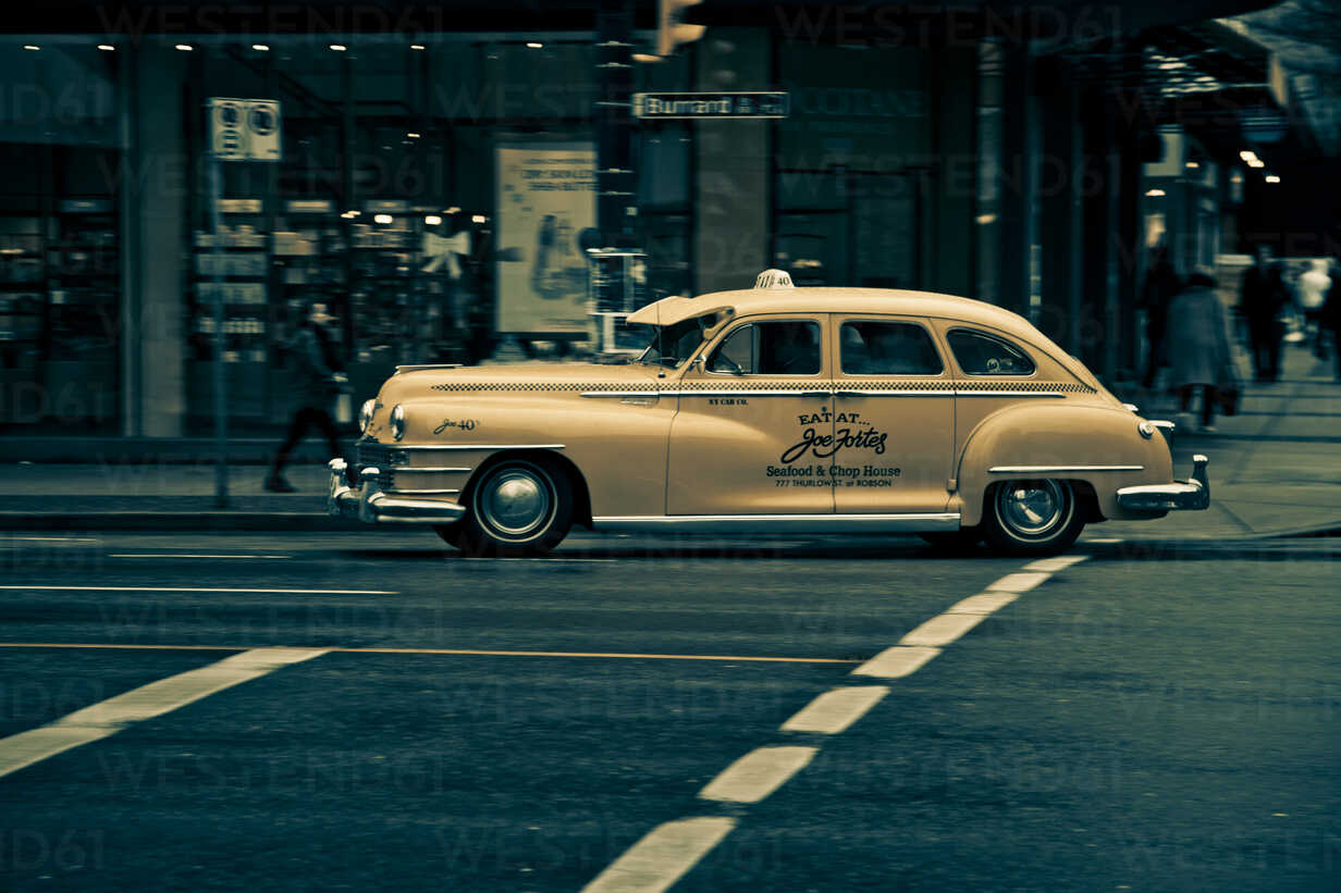 Canada, British Columbia, Vancouver, Yellow cab - NG000239 - Nadine Ginzel/Westend61