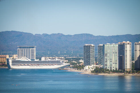 Mexico, Puerto Vallarta, cruise ship approaching the port - ABAF001635