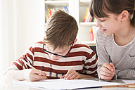 Brother and sister drawing together - LVF002884