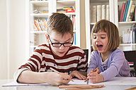 Brother and sister drawing together - LVF002888