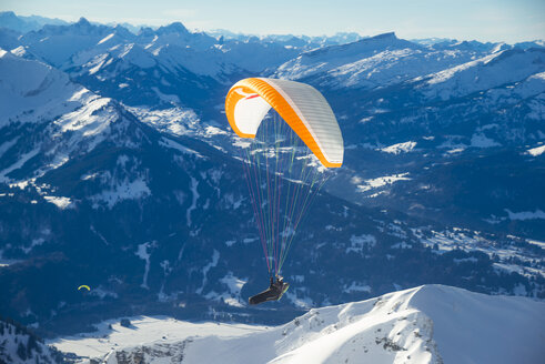 Germany, Allgaeu, Mountain panorama with Nebelhorn and paraglider - WG000615