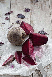 Sliced and whole beetroot on kitchen paper - CSF024620
