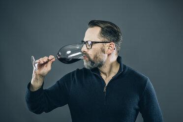 Man tasting red wine - IPF000198