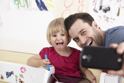 Father and daughter taking selfie with smart phone - RHF000593