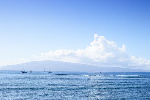 USA, Hawaii, Maui, Kaanapali, ocean with boats and Island Lanai as seen from Kahekili Beach Park - BRF000983