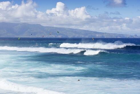 USA, Hawaii, Maui, kitesurfer at Hookipa Beach - BRF001108