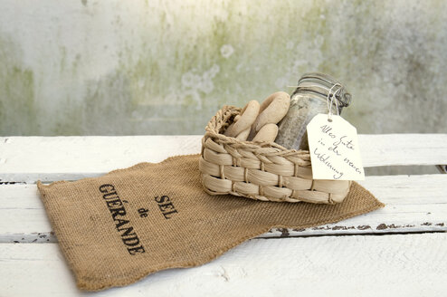 Welcome gift, sea salt and bread in basket, jute - GIS000011