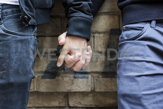 China, Hong Kong, close-up of gay couple holding hands - JUBF000005 - Visualspectrum/Westend61
