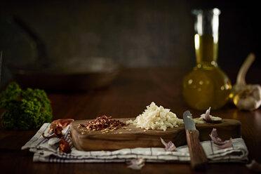 Preparing of Aglio Olio e peperoncini - DIKF000128