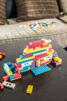 Children's building bricks on coffee table - DEGF000358