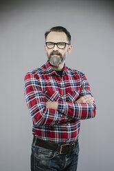 Portrait of man with beard and glasses crossing arms - IPF000203